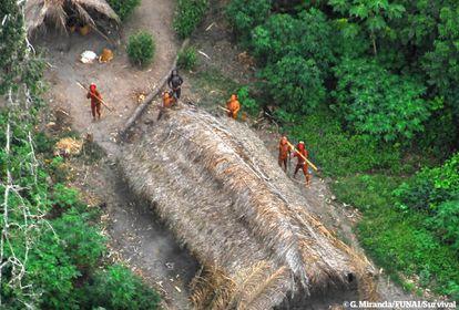Indígenas no contactados en Brasil vistos desde el cielo durante una expedición del gobierno brasileño, Acre, mayo de 2008.