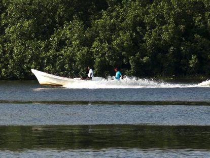 Una barca repleta de migrantes pasa por la costa de Chiapas