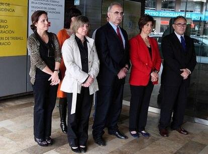 Minuto de silencio a las puertas de la Delegación del Gobierno en Valencia por la mujer asesinada en Museros por su ex pareja.