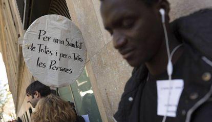 Concentración delante del Hospital Clinic de Barcelona para reivindicar el acceso universal a la sanidad.