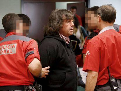 Efectivos de la Policía Foral custodian a Jaime Jiménez Arbe en el interior de la Audiencia Provincial de Navarra, en julio de 2008.