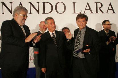 José Manuel Lara, a la izquierda, junto al  delegado del Gobierno, Juan José Garzón y Antonio Gómez Rufo.