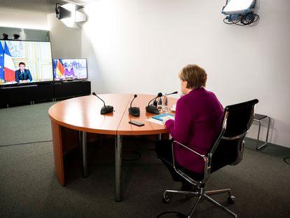Angela Merkel habla con Emmanuel Macron por videoconferencia desde la sede de la Cancillería, en Berlín, el pasado lunes.