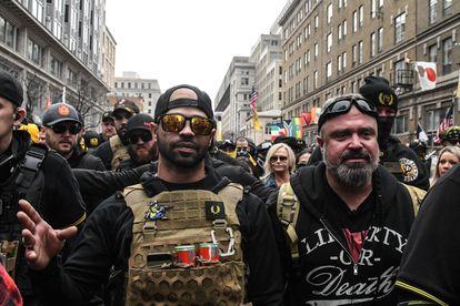 Enrique Tarrio, en el centro, el 12 de diciembre en una protesta en Washington.