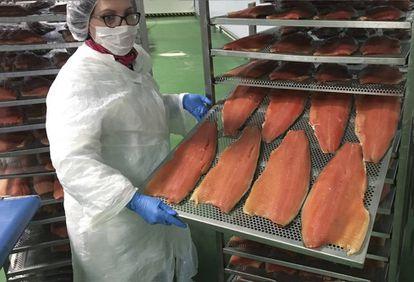 Una trabajadora de Ahumados La Balinesa se dispone a envasar salmon ya ahumado.