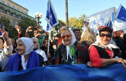 Madres de Plaza de Mayo, arropadas por simpatizantes, marchan el último jueves antes de su 40 aniversario.
