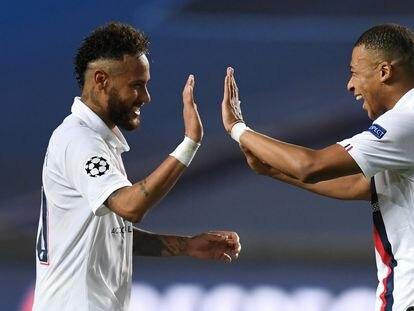 Neymar y Mbappé celebran el pase a semifinales del PSG tras eliminar al Atalanta italiano en los cuartos de final disputados a partido único en Lisboa. / (REUTERS)