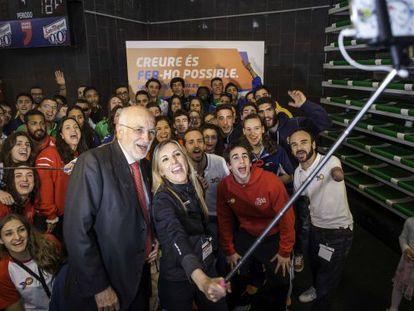 El presidente de Mercadona y de la Fundación Trinidad Alfonso participa en un 'selfie' con los deportistas becados.