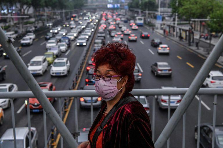 Una mujer, protegida con mascarilla, cruza por un paso elevado de Wuhan el pasado 14 de mayo.