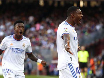 David Alaba (derecha) y Vinicius celebran el gol del Real Madrid contra el FC Barcelona.