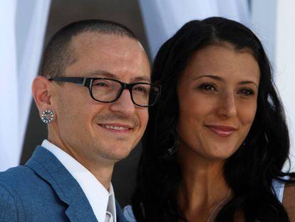 Chester Bennington y su mujer Talinda, a su llegada a los premios de música Billboard de Las Vegas en 2012.