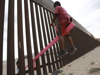 Un niño juega entre el muro en Ciudad Juarez.