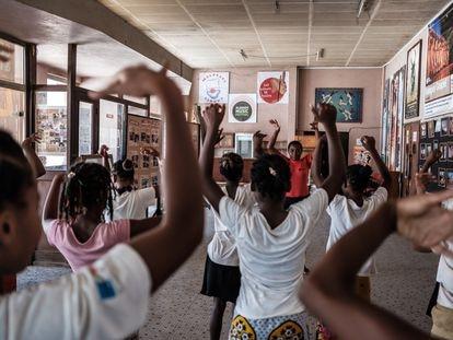 Clases de bailes de salón en el Centro de Acogida Socioeducativa y Musical (CASEM) de Tulear (Madagascar).
