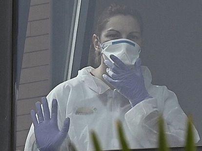 Una trabajadora mira por la ventana desde el interior de la residencia de ancianos Monte Hermoso, hace dos semanas.