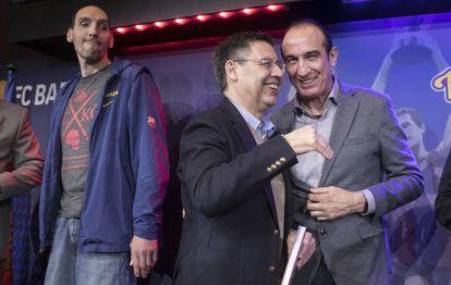 Epi habla con Bartomeu, junto a Dueñas, en la presentación del libro Força, Cor, Barça.