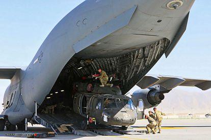 Soldados estadounidenses cargaban un helicóptero en un avión militar de transporte, el pasado 16 de junio en Bagram.