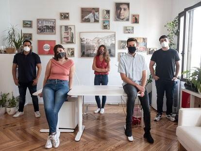 (17/09/20) De izquierda a derecha,  Javier Sánchez, Elena Barriga, María de la Cruz, Luis Aguado, y Darío Robles, miembros del equipo de Change.org, en su oficina del centro de Madrid.