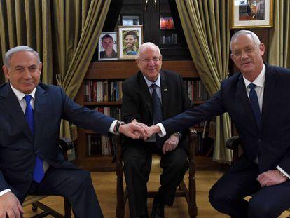 Benjamín Netanyahu saluda a Benny Gantz en presencia del presidente de Isarel, Reuven Rivlin.