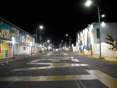 Una calle de Iztapalapa de noche con la nueva iluminación. I.G.