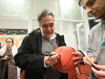 Pepu Hernández firma un autógrafo en la agrupación de Latina.