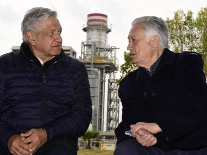 El presidente López Obrador junto a Manuel Bartlett, en diciembre de 2019.