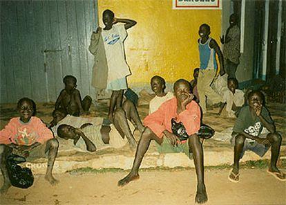Niños ugandeses se refugian en el centro de Gulu por temor a los secuestros.