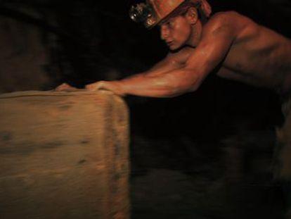 Un marmateño trabaja en la mina de oro.