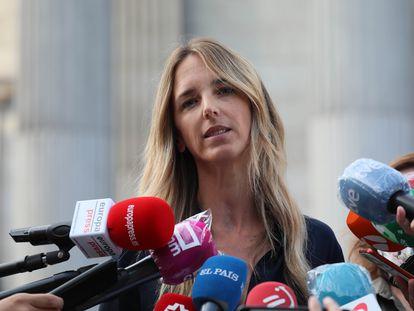 Cayetana Álvarez de Toledo, a las puertas del Congreso tras anunciarse su destitución el pasado mes de agosto.