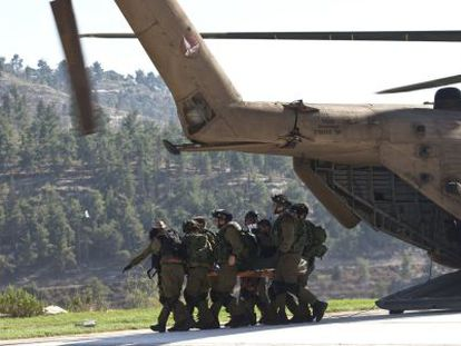 Evacuación a un hospital de Jerusalén de uno de los soldados atropellados.