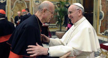 El nuevo Papa saluda al secretario de Estado del Vaticano, Tarcisio Bertone, el pasado 15 de marzo