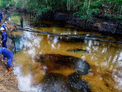 Trabajadores de Ecopetrol limpiando uno de los ríos afectados por la fuga de crudo y gas en el noreste de Colombia.