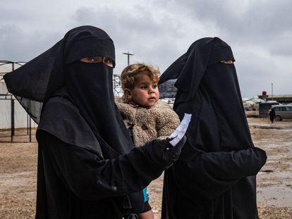 Dos mujeres en el campamento sirio de Al Hol, dirigido por los kurdos, donde se encuentran detenidas familias de combatientes extranjeros del Estado Islámico, el pasado diciembre.