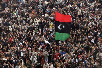 Miles de libios piden ayer la dimisión de Gadafi tras la plegaria de mediodía en Bengasi.