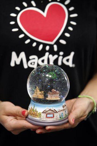 Una empleada de Madrid Souvenir muestra un recuerdo turístico.
