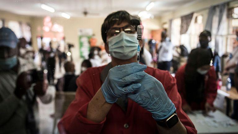 Una farmacéutica prepara la vacuna Johnson & Johnson Covid-19 para administrar a los sanitarios en el hospital gubernamental en Klerksdorp, Sudáfrica, el pasado jueves 18 de febrero de 2021.
