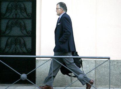 El tesorero nacional y senador del Partido Popular, Luis Bárcenas, en las proximidades de su domicilio en Madrid.