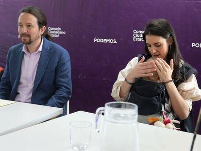 El entonces vicepresidente segundo del Gobierno, Pablo Iglesias, y la ministra de Igualdad, Irene Montero, con su hija en un acto en Madrid en 2020.