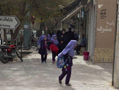 Niñas saliendo de un colegio en la ciudad de Yazr, en Irán.