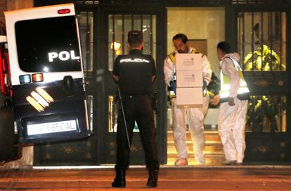 La Policía Nacional, durante el registro del domicilio del presunto pederasta de Ciudad Lineal, Antonio Ortiz.