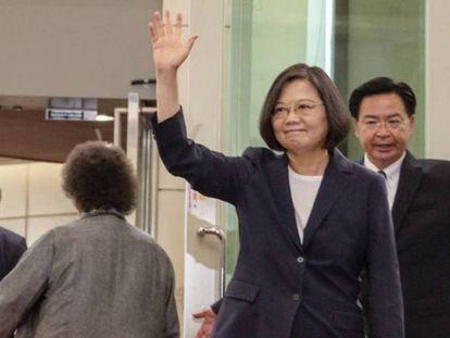 La presidenta de Taiwán, Tsai Ing-wen, saluda antes de emprender viaje a Estados Unidos (archivo)./ REUTERS