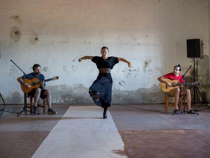 Rocío Molina, en un ensayo de 'Al fondo riela (Lo otro del Uno)' con Eduardo Trassierra, a la izquierda, y Yerai Cortés.  en Sevilla. / María Agar Martínez