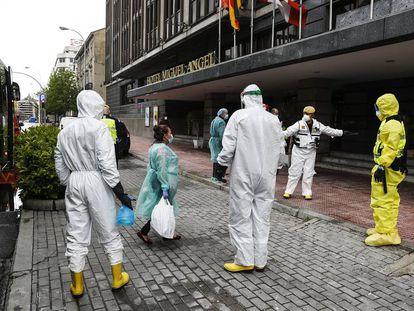 Check-in atípico. Llegada de pacientes de coronavirus al hotel Miguel Ángel de Madrid el pasado 1 de abril.