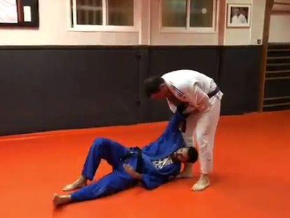 Teodoro García, secretario general del PP, hace una llave de judo.