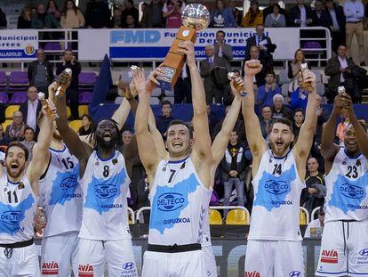 Los jugadores del Gipuzkoa Basket celebran la conquista de la Copa de la Princesa en febrero.