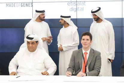 Òscar Flores, CEO de Made of Genes, firma con Saleh Abdullah Al Abdooli, CEO de Etisalat, el convenio de colaboración en presencia del Jeque Hamdan bin Mohammed bin Rashid Al Maktoum, príncipe heredero de Dubai (detrás, en el centro).