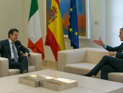 El presidente del Gobierno, Pedro Sánchez (d), se reúne con el primer ministro italiano, Giuseppe Conte, en el Palacio de la Moncloa, este miércoles.