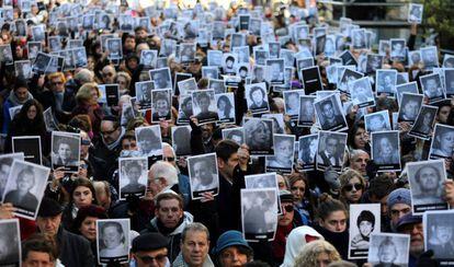 Manifestaten muestran retratos de las víctimas del atentado a la AMIA en el acto por el 23 aniversario, en julio de 2017.