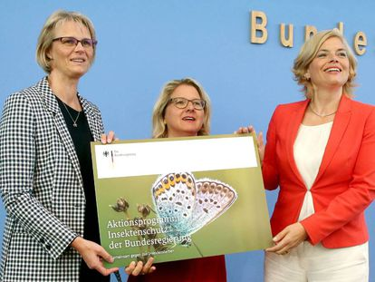Las ministras de Educación e Investigación, Anja Karliczek (izquierda), la de medio ambiente (centro), Svenja Schulze y la de Agricultura y Alimentación, durante la presentación del programa de protección para los insectos el miércoles en Berlín.