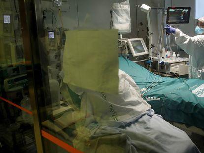 Profesionales sanitarios trabajan en una de las UCI del Hospital Clínic de Barcelona para pacientes covid.