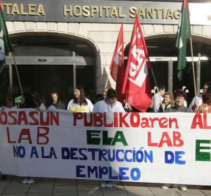 Representantes de ELA y LAB denuncian la política sanitaria del Gobierno.
